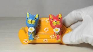 黄色い花柄ソファに気持ちよさそうに座っているバリ猫 : プラタルッソ札幌