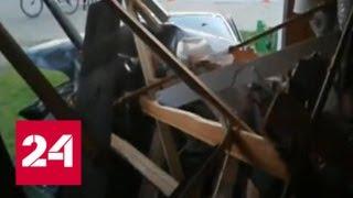 В селе Красноярского края лихачи не вписываются в поворот и влетают в один из домов - Россия 24
