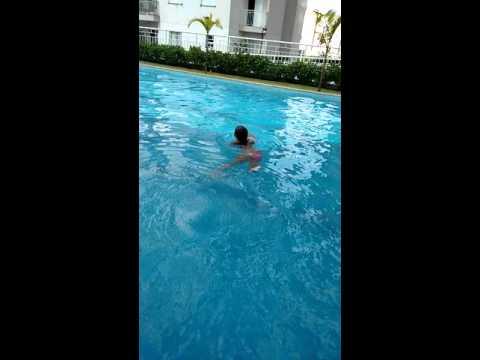Um mergulho bem gostoso da minha filho tinha linda