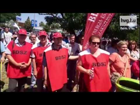 Ilyen még nem volt: Tesco dolgozók tüntettek egy áruház előtt