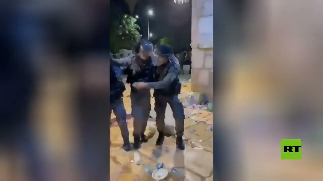 فيديو يوثق إصابة عناصر الشرطة الإسرائيلية في مواجهات المسجد الأقصى  - 23:58-2021 / 5 / 7