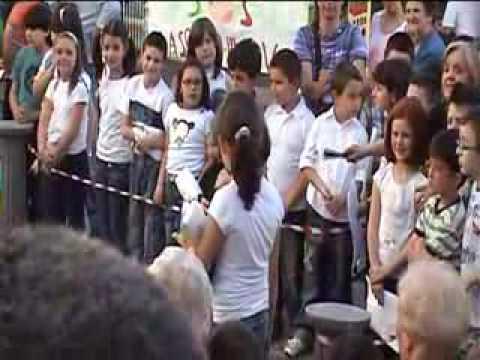 scuolaelementare  di pignola classe 3 sez a( recita in piazza maggio 2009 1 parte.flv)