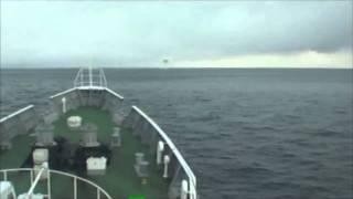 津波を乗り越える巡視船まつしま=海上保安庁提供 thumbnail