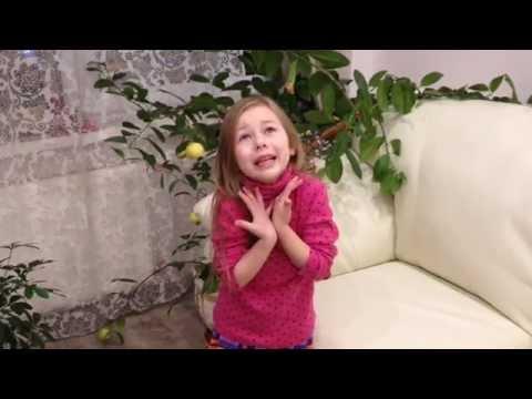 Маленькая девочка рассказывает стих Белая береза