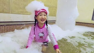 MAINKAN DI KOLAM RENANG Boram Playing Water and Slide In The Swimming Pool