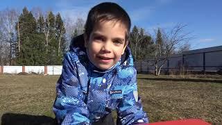 Малыш собирает игрушечную машинку Фура для детей