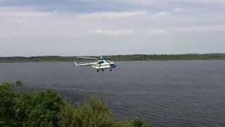 Новая Каховка Вертолет набирает воду для тушения пожара