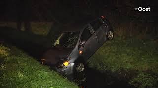 Auto belandt in de sloot in Vinkenbuurt, bestuurder gewond