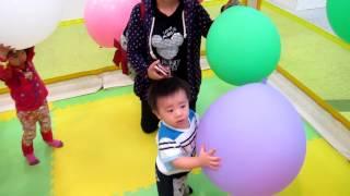 2012 10 07佑佑1歲4個月生活影片,大直愛買百貨遊戲愛樂園 飛天氣球