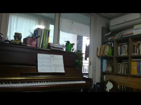 피아노 못치는사람이 피아노앞에있는 유형