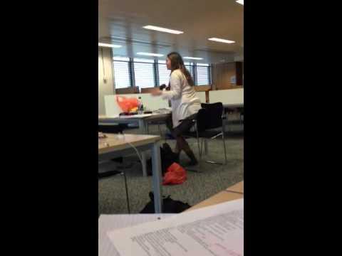 女大生在图书馆放A片~误抽耳机 全馆放送