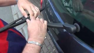 Comment changer un balai d'essuie-glace arrière sur Renault Clio 3