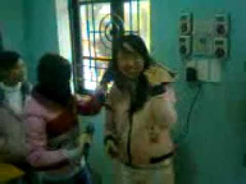 nữ sinh tự sướng ép tóc trong giờ học