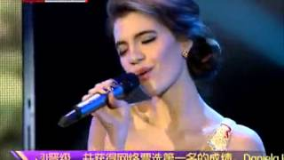 "Colombian girl singing Chinese song ""我的歌声里""(You exist in my song)"
