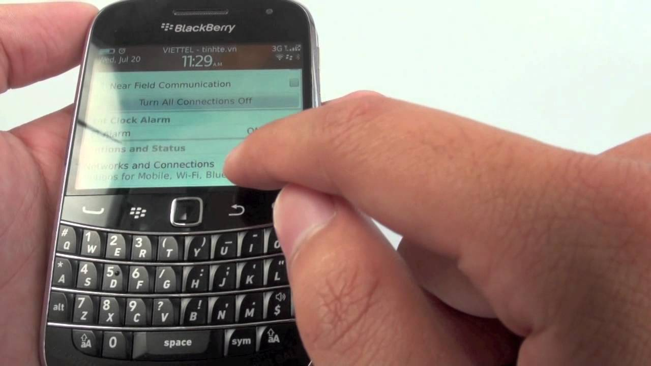 Tinhte.vn - Trên tay Blackberry 9900 ở Việt Nam