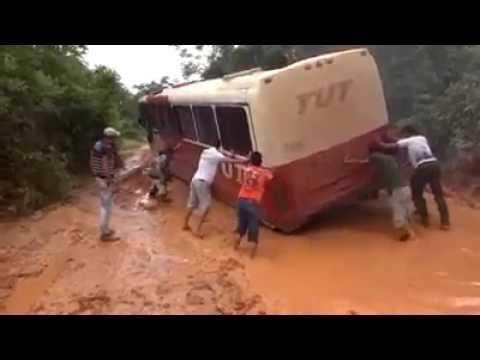 Povo tentando ajudar o Ônibus da TUT no Atoleiro #MT #ATOLEIRO #TUT