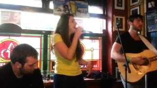 Lydia Martín singing with Scoops in The Auld Dubliner (Temple Bar, Dublín)