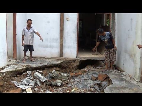 amukan-retakan-tanah-terjang-&-hancurkan-rumah-warga-dawuhan-trenggalek---bioz.tv