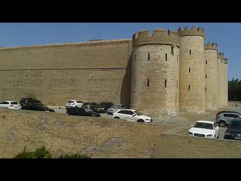 La Aljafería con coches en fachada lateral 14-7-17