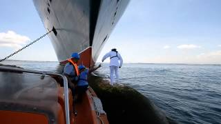 Download Video Behind the scenes: Queen Mary 2 Captain photographed on the bulbous bow MP3 3GP MP4