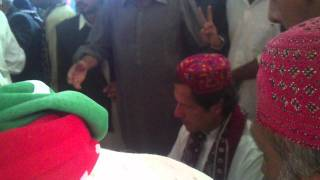 Imran Khan In Sindhi Topi And Ajrak At Larkana 2011 Exclusive