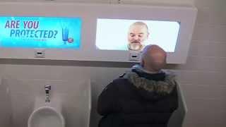 Прикол Реклама монитор в туалете LG IPS display Hot Girls Bathroom prank Stage Fright