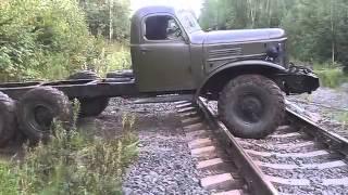 Старый автомобиль Зил 157 ездит по бездорожье, военная техника