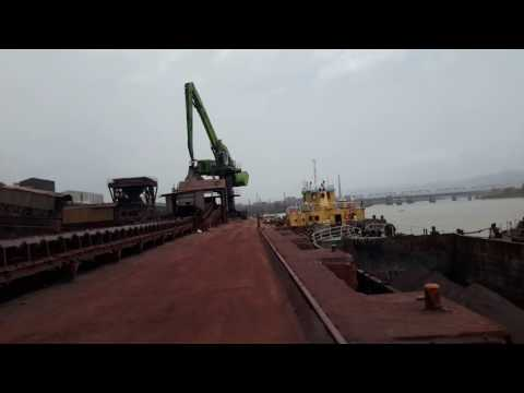 Sennebogen 880 EQ Electric unloading coal from barge and feeding hopper