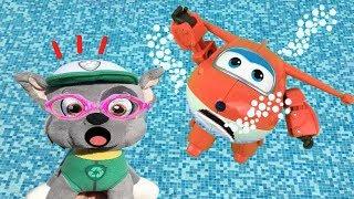Paw patrol bebes y superwings en español:Rocky salva al avion Jett en piscina.Videos de juguetes