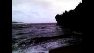 Le ressac de la mer sur une plage bretonne thumbnail