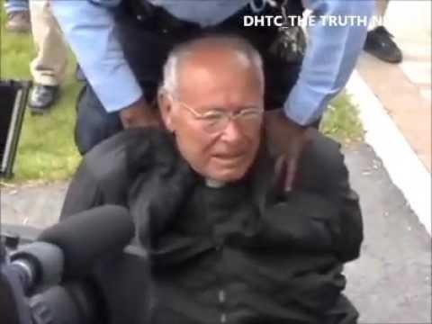 Cầu nguyện cho một linh mục 80 tuổi bị bắt giữ nhiều lần vì chống lại việc phá thai