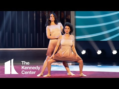 Broad City's Abbi & Ilana - Elaine Dance Tribute For Julia Louis-Dreyfus | 2018 Mark Twain Prize