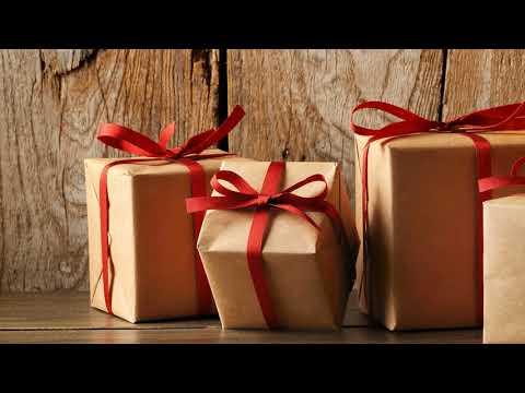 Что подарить на первую годовщину свадьбы друзьям, детям от родителей?