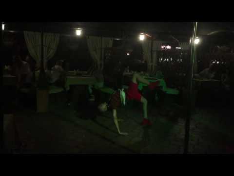 Видео: Брейк данс батл. Зрелищная битва танцоров брейк данс в г. Сочи. Ривьера. Кафе Бережок