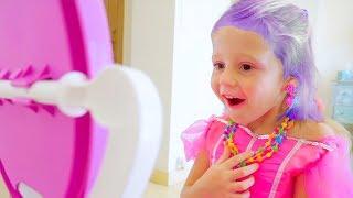 Download Настя наводит красоту, делает макияж и наряжается в платья Mp3 and Videos