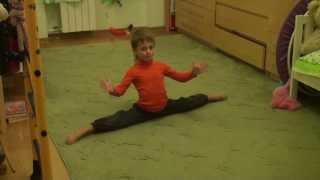 Вова пытается танцевать.