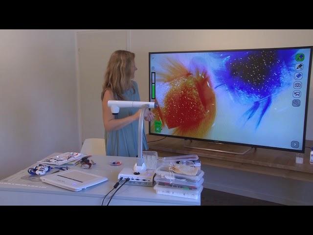 Petra Carbon (Lehrerin) präsentiert den ELMO L-12iD