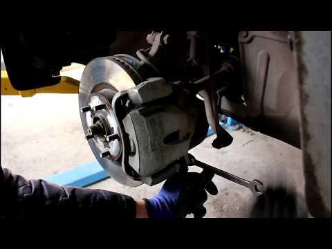 Замена передних тормозных колодок  Toyota RAV4 2,0 Тойота РАВ 4 2007 года