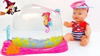 La Bebe Pesca un Caballito de Mar