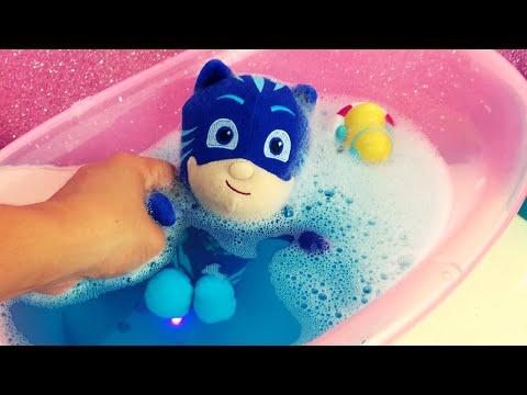 GATTOBOY fa un bagnetto nell'acqua blu ma GUFETTA ne cambia il colore [VIDEO PER BAMBINI]