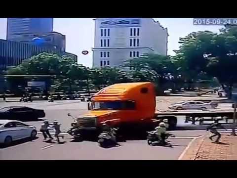 Tai nạn giao thông trên đường Nguyễn Văn Linh, Q7