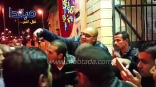 فيديو| الخطيب يواجه أزمة «سيلفى» مع محبيه فى عزاء محمود بكر
