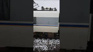 【運転取り止め】JR西日本 北陸本線 坂田駅で回送になった新快速の隣を、しらさぎが ソロリソロリ