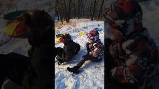 Перевернулся на ледянке и повредил ногу.