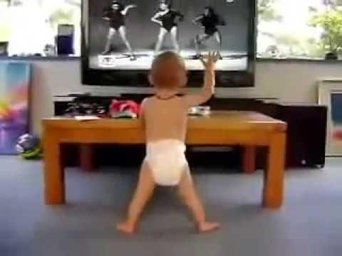 Bebe bailando al escuchar la canción de Beyonce