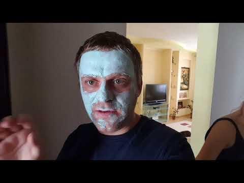 Сделал маску для лица .Ушел к сестричке