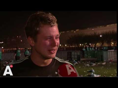 Ajax-fan op Museumplein in tranen: 'Dit doet zo'n pijn'