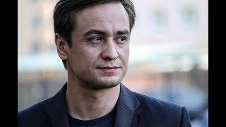 «Сумасшедшая семейка»: Кирилл Жандаров показал свою жену и сына на новогоднем фото