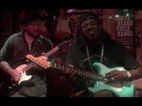 This is AWESOME!!Josh Smith and Eric Gales Trading Licks on 12 bar Blues