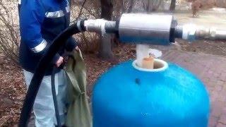Замена фильтрующего материала в системе водоподготовки.